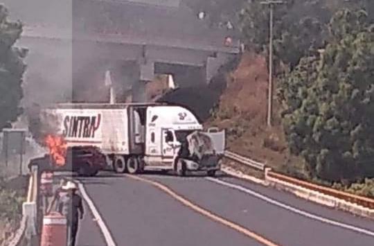 """Reactivan narcobloqueos en Uruapan por captura de """"El Vocho"""""""