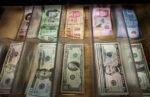 Peso pierde 1.12%; dólar interbancario roza los $24 por unidad