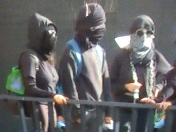Encapuchados se retiran de Rectoría tras agredir a periodistas (FOTOS)
