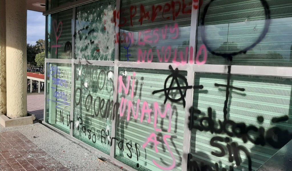 Encapuchados prenden fuego a puerta y dejan pintas en Rectoría