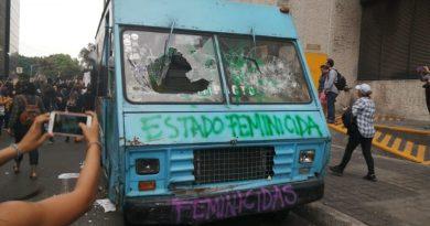 Chocan feministas con policías frente a instalaciones de La Prensa