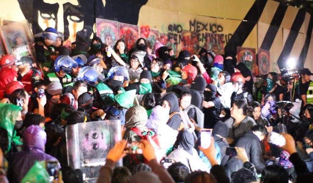 Feministas llevan protesta al Ángel de la Independencia