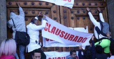 'Clausuran' padres de niños con cáncer las puertas de Palacio Nacional