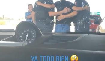 Policías detienen a Elías Hernández y después le piden una foto