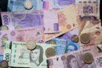 Peso cae 0.60%; dólar cotiza en $24.58 por unidad en bancos