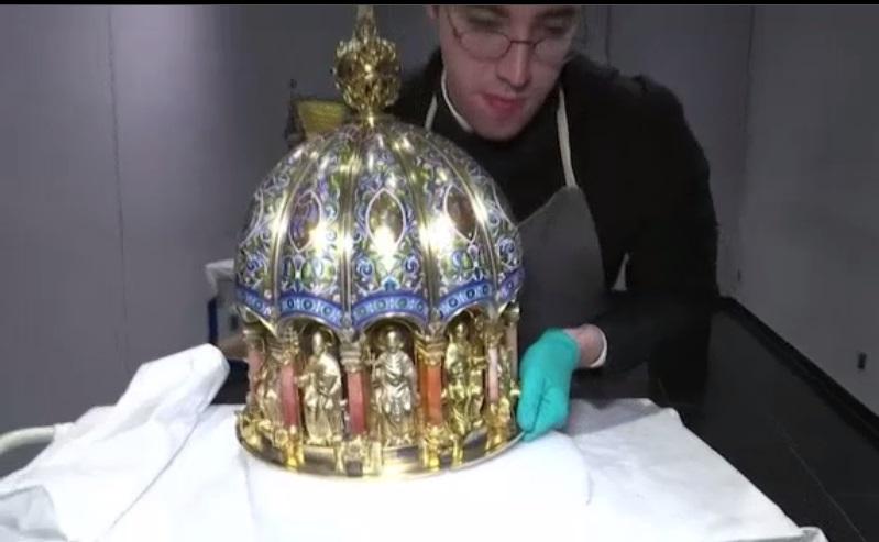 Sacan brillo a las reliquias de Santa Corona, patrona de las pandemias