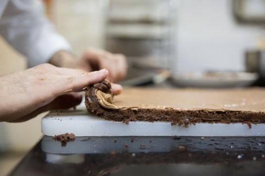 36-Galeries lafayette-buche de noel-rolling the cake