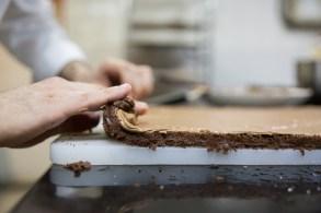 36-galleries-lafayette-buche-de-noel-rolling-the-cake