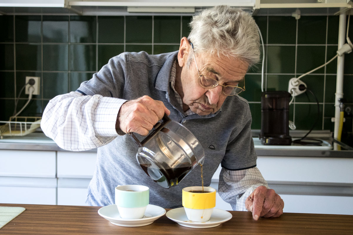 ouderenfotografie oudere man koffie portret thuis