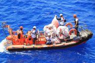 11_Boot1_nimmt_Rettungswesten_auf