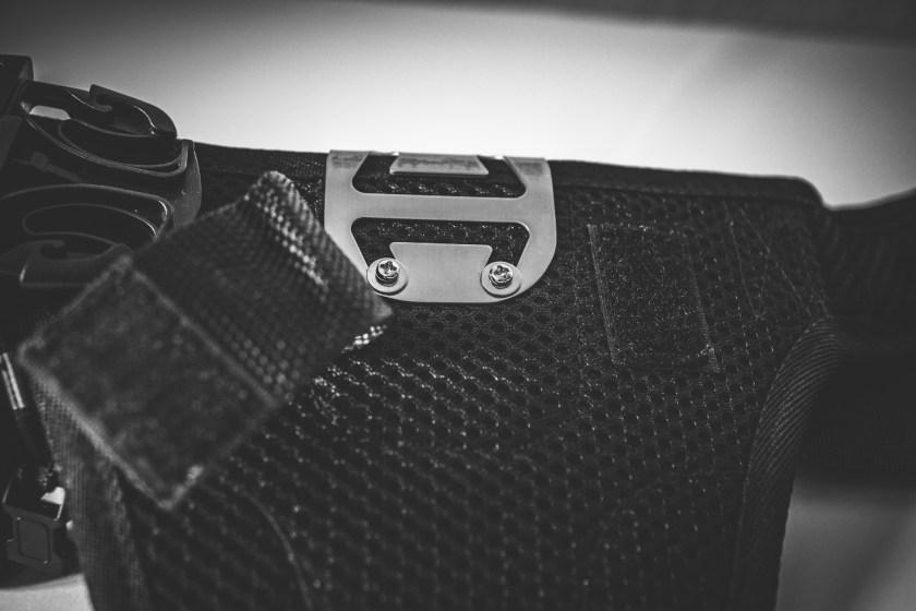 Trageauflage von hinten - das Sicherungssystem ist hier verschraubt und durch eine Klettverschlusslasche gesichert