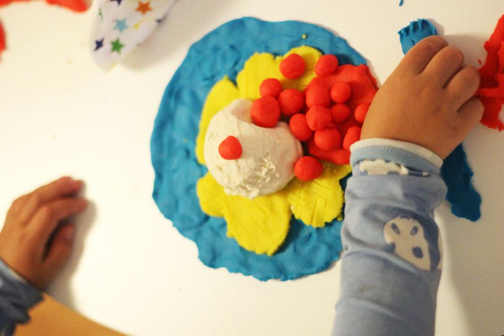 Kindern spielerisch fördern, aber wie denn? Der Play Doh Kindergartenpreis