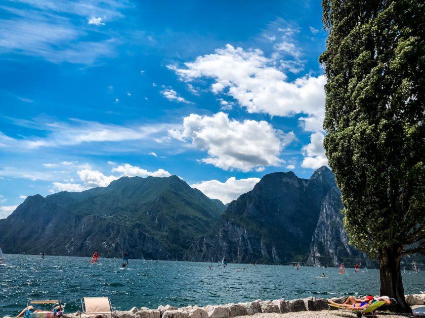 Panoramablick auf den Gardasee in Torbole
