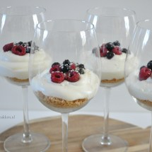 Witte chocolade cheesecake in een glas