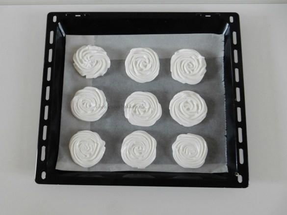 Meringue gebakjes met mangocoulis