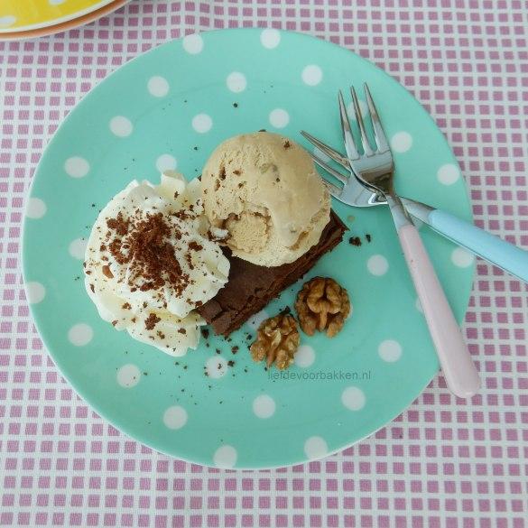 Brownies met walnoten ijs