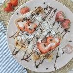 Ontbijt wafels met aardbeien en kokos