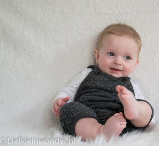 Fotoshoot, Jayden 5 maanden oud, witte achtergrond, schapenvel