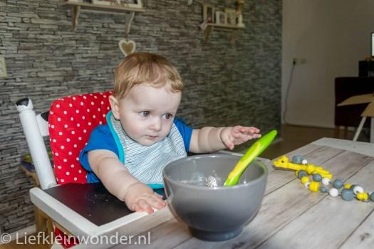 Jayden 7 maanden en 3 weken oud met de pot mee eten aan tafel