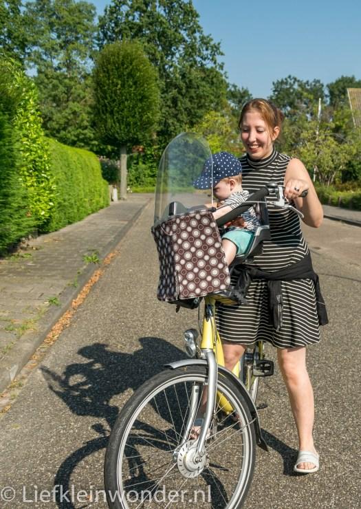 Jayden 8 maanden oud eerste keer fietsen