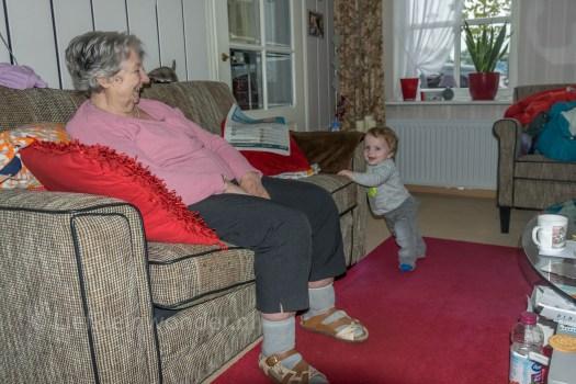 Jayden 10 maanden en 3 weken oud, op visite bij over oma