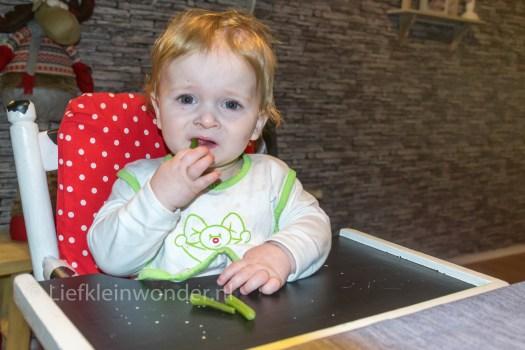 10 maanden en 4 weken oud, sperziebonen eten