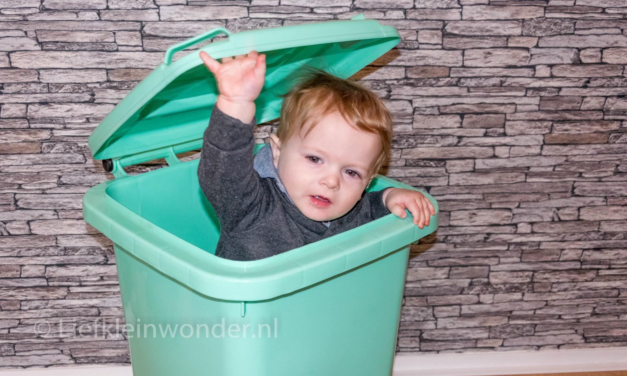 Jayden 11 maanden en 2 weken oud in de vuilnisbak
