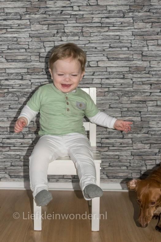 11 maanden en 3 weken oud - nieuwe houten kinderstoel