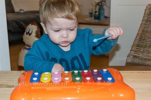 12 maanden en 2 weken - piano spelen, xylofoon
