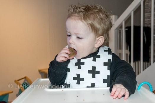 12 maanden en 2 weken - broodje eten proppen