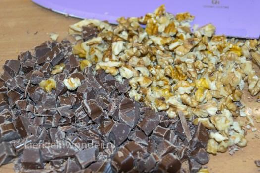 13 maanden oud - cake bakken met chocola en walnoten