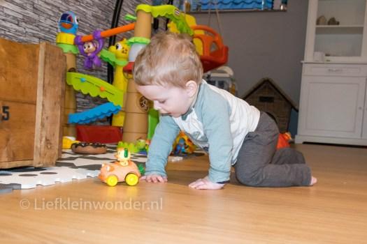 Jayden 13 maanden en 2 weken oud - zelf vermaken met speelgoed en auto's
