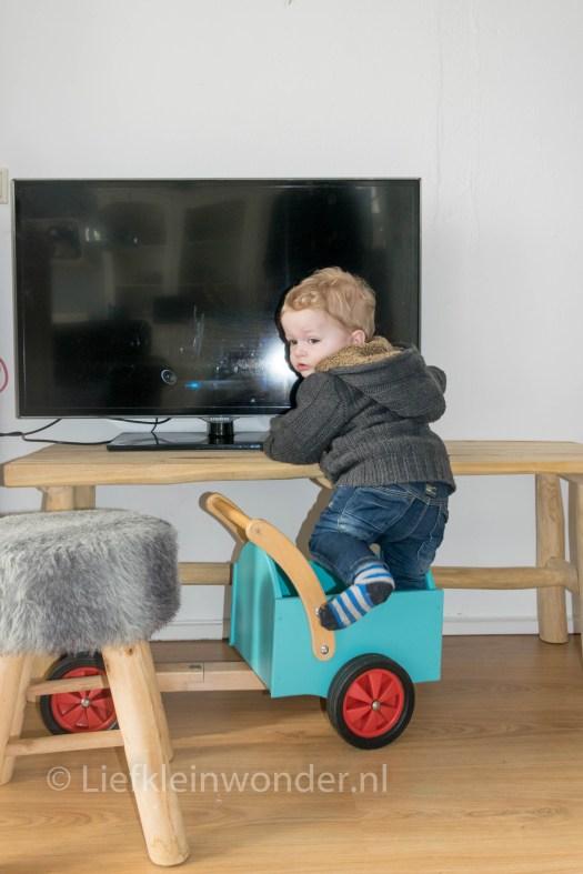 13 maanden en 3 weken oud - overal in klimmen en aan zitten, tv bedienen