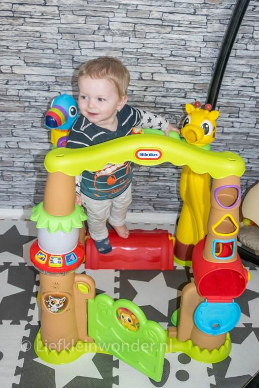 14 maanden en 3 weken oud - klimmen op stoelen en tafels en zitten op speelgoed