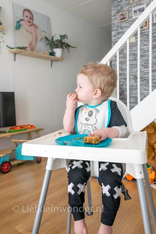 14 maanden en 4 weken oud dreumes - ontbijtkoek eten