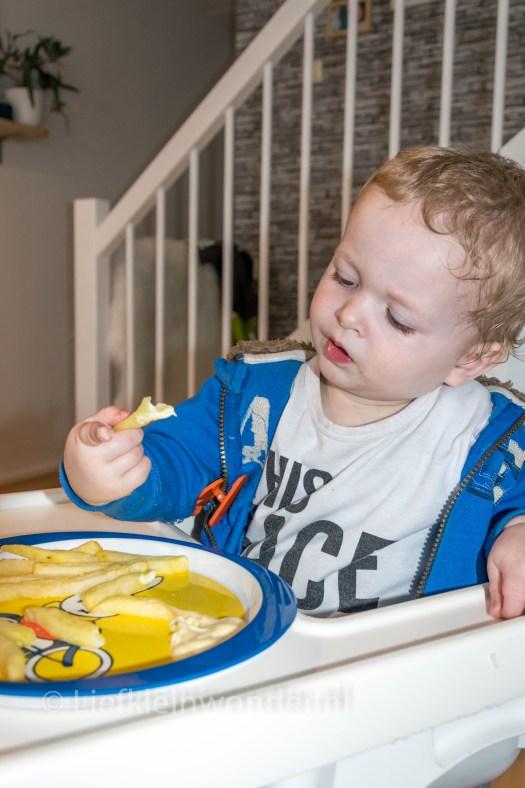 Jayden 15 maanden oud - patat met mayo