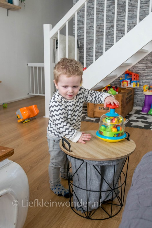 Jayden 15 maanden en 1 week  oud - peuter dreumes spelen op een tafel en stapelen