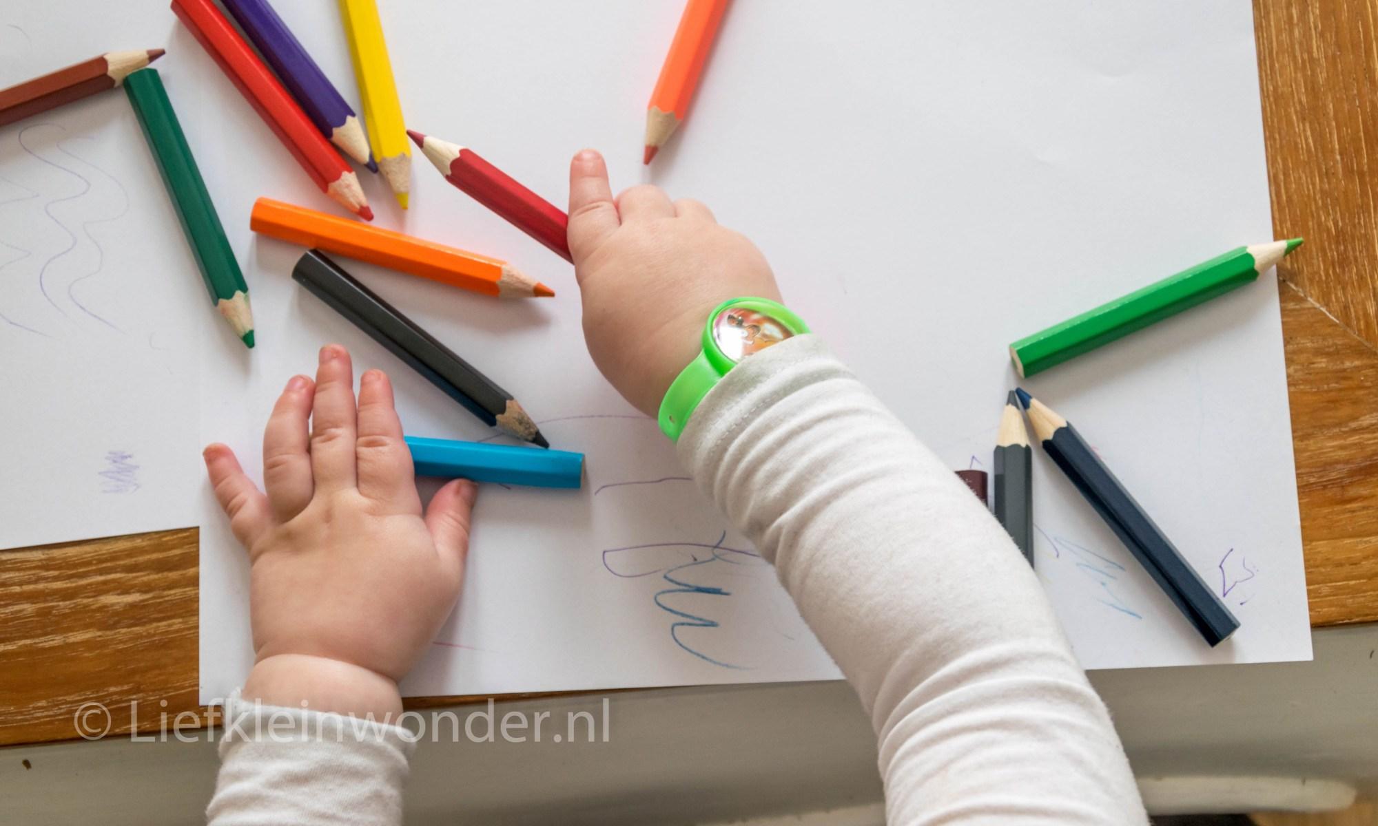 Jayden 16 maanden oud dreumes - poging tot kleuren met kleurpotloden