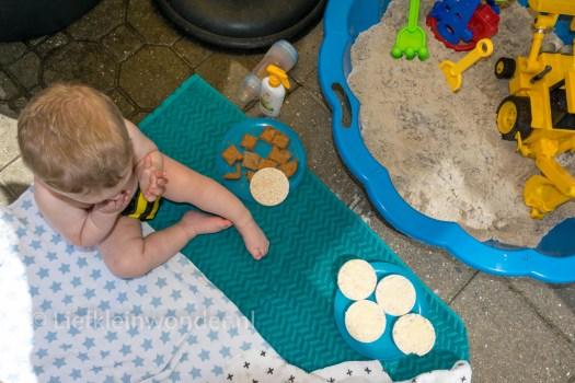 Jayden 16 maanden en 3 weken oud peuter dreumes - buiten eten bij de zandbak