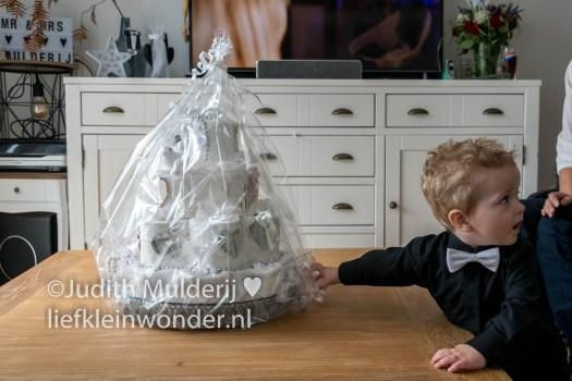 Jayden 17 maanden en 2 weken oud - bruidstaart huwelijkfeest peuter smoking vlinderdas