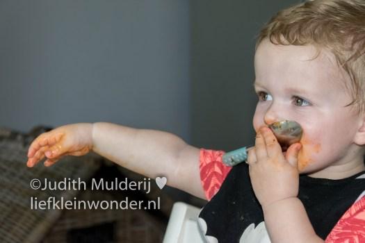 _Jayden 17 maanden en 3 weken oud peuter dreumes - Macaroni eten