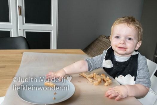 _Jayden 17 maanden en 3 weken oud peuter dreumes - Broodjes pindakaas met hagelslag geen korstjes eten