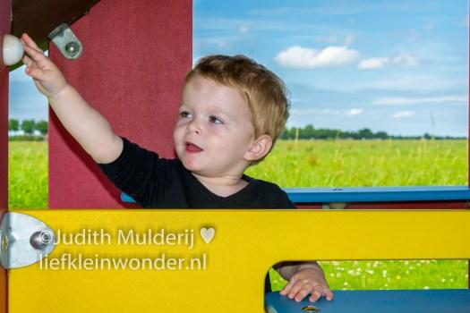 Jayden 18 maanden en 1 week oud - naar de speeltuin speelhuisje poes