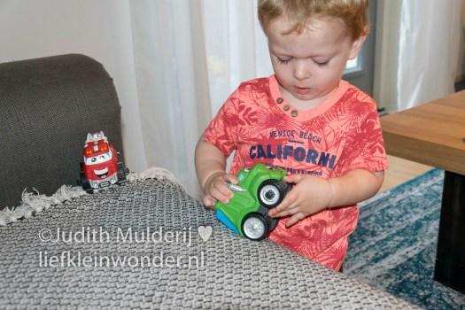 Jayden 18 maanden en 1 week oud - Irritant speelgoed herrie auto's