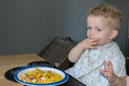 Jayden 18 maande en 2 weken oud peuter dreumes - aardappels kip en appelmoes