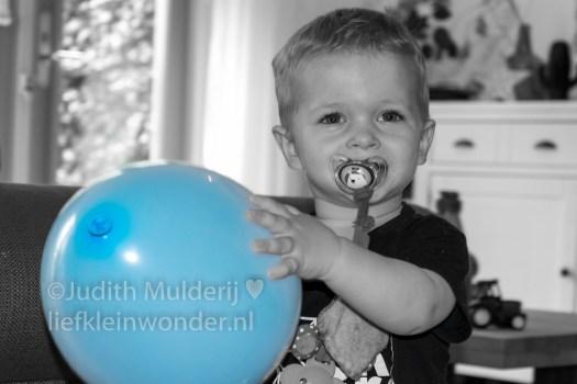 Jayden 18 maande en 2 weken oud peuter dreumes - spelen met een ballon