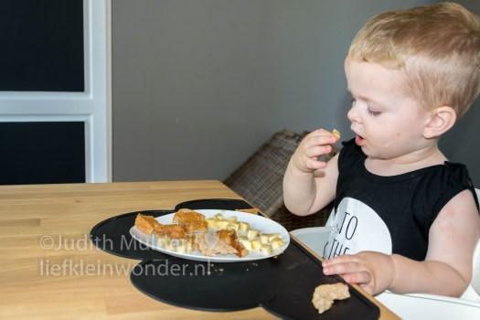 Jayden 18 maanden en 3 weken oud peuter dreumes - fruit, banaan tussen de middag eten