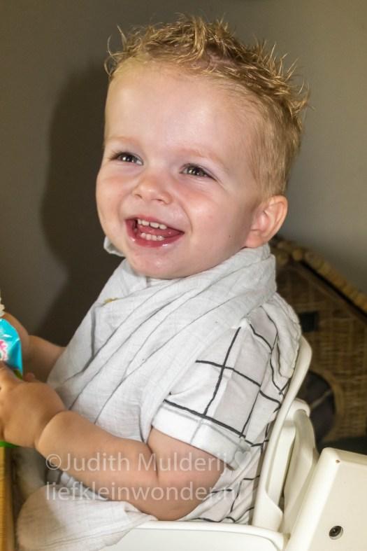Jayden 19 maanden oud dreumes peuter - Toetje eten toetie knijppakje
