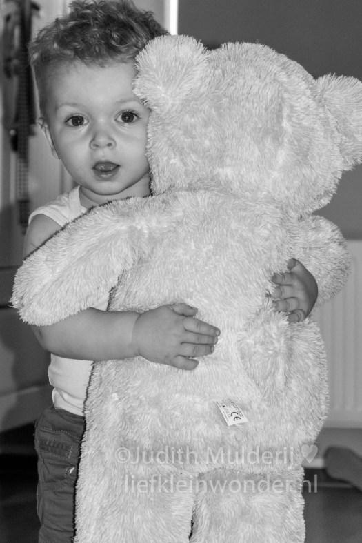 Jayden 19 maanden en 3 weken oud peuter dreumes - knuffelen met knuffels