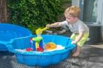 Jayden 20 maanden oud peuter dreumes - spelen in de zandbak met schep emmer en zeef of zandmolentje